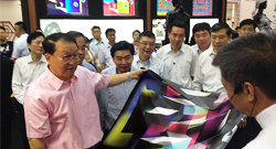 Li Changchun Inspected the 'International Exhibition of Creative Design of Silk'at the Silk Park of China ""